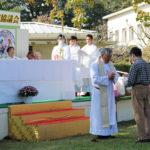 成田神父様叙階50周年祝賀会実行委員長のリンさんから金祝祝金の贈呈