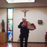 マーフィー神父様のアコーディオン演奏